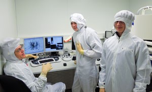 simon_max_and_alexander_in-the-electron-microscope-lab
